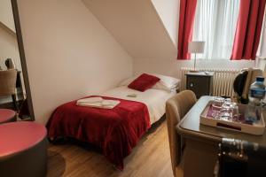 Un ou plusieurs lits dans un hébergement de l'établissement Hôtel du Raisin
