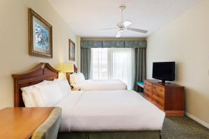 A bed or beds in a room at Holiday Inn Hotel & Suites Clearwater Beach South Harbourside, an IHG Hotel