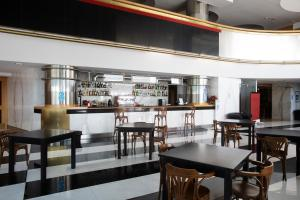 A restaurant or other place to eat at Grand Hotel Salerno