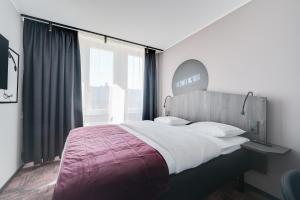 A bed or beds in a room at Hotel Fridhem