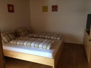 Ein Bett oder Betten in einem Zimmer der Unterkunft Wäldermetzge Hüttenzimmer und Wohnungen