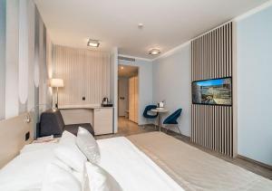 سرير أو أسرّة في غرفة في Berkeley Hotel & Day Spa