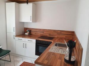 A kitchen or kitchenette at Ferienwohnung in ruhiger Lage