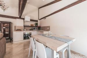 A kitchen or kitchenette at MURANO Place - Villa SPECCHIO Adults Only