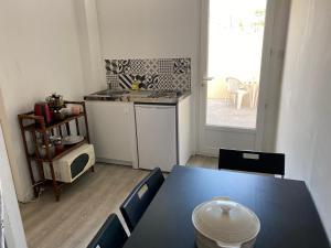 A kitchen or kitchenette at L'Éphémère Saint Louis - Maison Rouge