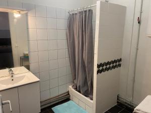A bathroom at L'Éphémère La Canebière