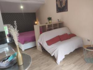 A bed or beds in a room at Maison T1 30m2 avec sa terrasse au château de la Buzine