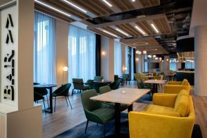The lounge or bar area at Leonardo Hotel Bristol Glassfields