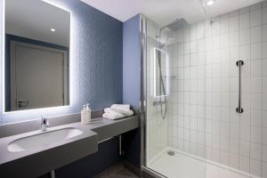 A bathroom at Leonardo Hotel Bristol Glassfields