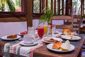 Breakfast options available to guests at Pousada Refugio da Harmonia