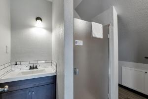 A bathroom at College Inn Hotel