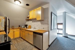 A kitchen or kitchenette at College Inn Hotel