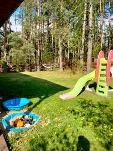 Plac zabaw dla dzieci w obiekcie Domek Rokitki