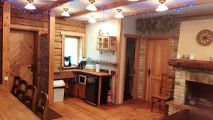 A kitchen or kitchenette at Ratnieki