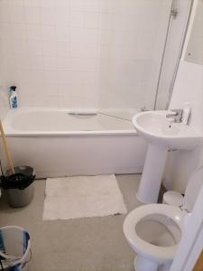 A bathroom at Heart of Tulse Hill