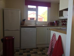 A kitchen or kitchenette at Erradill Cottage