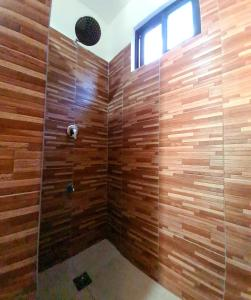 A bathroom at Roos Guesthouse
