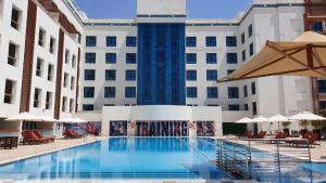 Het zwembad bij of vlak bij Hili Rayhaan by Rotana