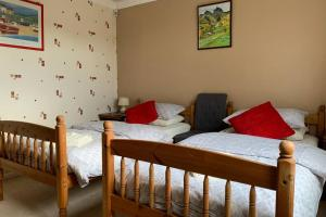 A bed or beds in a room at Three Woods View