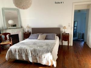 A bed or beds in a room at Un Nid en Camargue