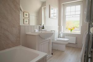 A bathroom at Avalon House Bed and Breakfast