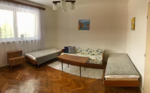 Posteľ alebo postele v izbe v ubytovaní Cenovo výhodné ubytovanie v tichej štvrti