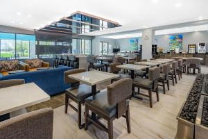 A restaurant or other place to eat at Wingate by Wyndham Tinley Park