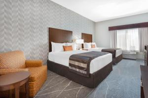 A bed or beds in a room at Wingate by Wyndham Tinley Park