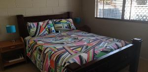 A bed or beds in a room at A City Retreat, 2BR Apartment - Reid Park -Townsville