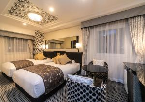 A bed or beds in a room at APA Hotel Namba-Shinsaibashi Nishi