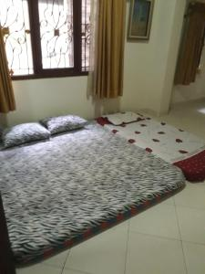 A bed or beds in a room at Denisa Guest House