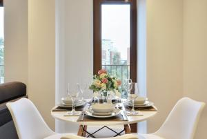 A restaurant or other place to eat at Luxury 1 Bed Flat in St Albans, Modern, WiFi, Six Minutes from Train Station