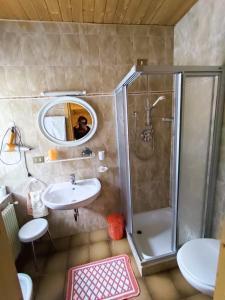 A bathroom at Affittacamere Pizzeria Marmolada