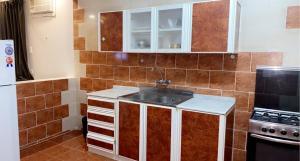A cozinha ou cozinha compacta de الخليج للوحدات السكنية للعائلات فقط