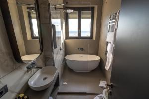 A bathroom at Grand Hotel Passetto