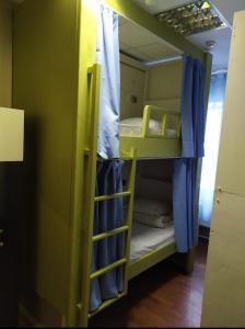 Двухъярусная кровать или двухъярусные кровати в номере Хостел Люблино