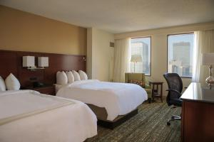 A bed or beds in a room at Cleveland Marriott Downtown at Key Tower
