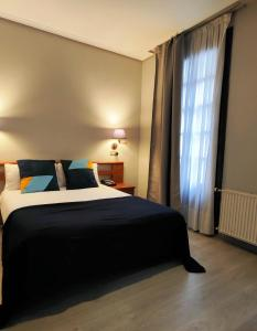A bed or beds in a room at Hotel Lauaxeta Etxea