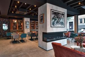 La sala de estar o bar de The Scott Hotel Brussels