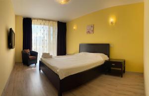 Un pat sau paturi într-o cameră la Coralia Serviced Apartments