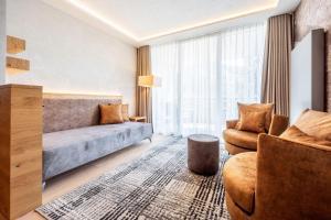 Ein Sitzbereich in der Unterkunft Quellenhof Luxury Resort Passeier