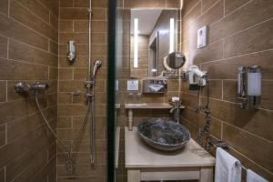 A bathroom at Oxigén Family Hotel Noszvaj