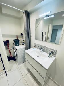 A bathroom at Studio proche plage et calanques Excursion bateau possible