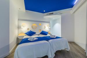 A bed or beds in a room at Hotel Triton Beach