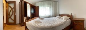 Un pat sau paturi într-o cameră la SeaView Serviced Apartments Constanta
