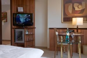 A television and/or entertainment center at Ringhotel Katharinen Hof