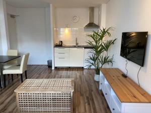 A kitchen or kitchenette at Hotel de Duif Lisse - Schiphol