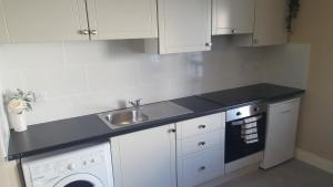 A kitchen or kitchenette at Shamrock Lodge Hotel