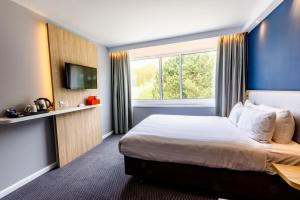 A bed or beds in a room at Holiday Inn Express Norwich, an IHG Hotel