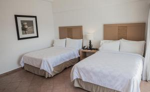 A bed or beds in a room at Holiday Inn Resort Acapulco, an IHG Hotel